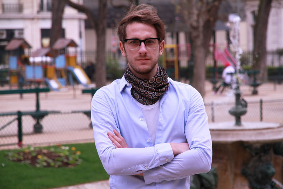 82f2bfbb6474 Nouer foulard homme, trucs et astuces